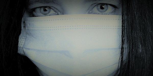 Ein Teil der COVID-19 Maßnahmen ist das Tragen eines Mund-Nase-Schutzes.